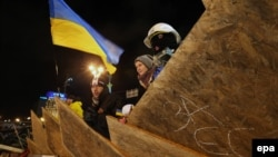 Демонстранттар Тәуелсіздік алаңында баррикада құрып тұр. Киев, Украина, 2 желтоқсан 2013 жыл.