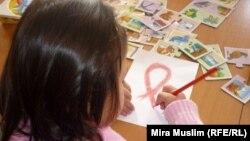 ВИЧ-инфицированная девочка рисует символ борьбы со СПИДом в шымкентском центре «Мать и дитя». Шымкент, 30 ноября 2010 года.