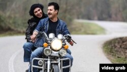 In one of the sequences in the final episode of Paytakht 6, newlyweds ride a motorbike on the roads ofnorthern Mazandaran Province, an image that has reminded many of an iconic scene in the 1975 romantic drama Hamsafar.