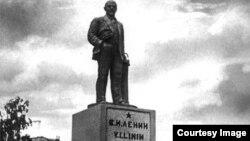 Latin yazısı olğan Lenin abidesi. Qazan. 1930 senesi