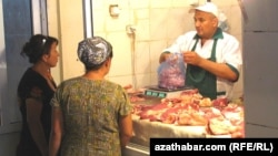 Türkmenabadyň bazarlarynyň birinde et satyn alýan zenanlar.