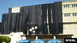 Crne zastave na zgradi Pozorišta, Fotografije uz tekst: Tina Jelin