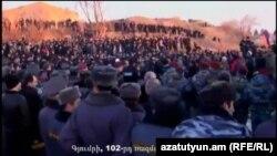 Під час демонстрації під базою в Ґюмрі, відеокадр 14 січня 2015 року