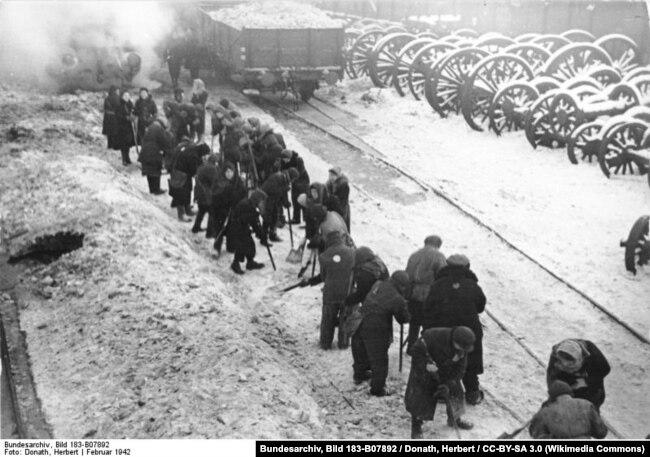 Февраль 1942 года, минские евреи убирают снег на железнодорожном вокзале