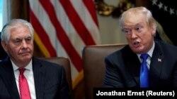 Рекс Тиллерсон (слева) и Дональд Трамп (справа)
