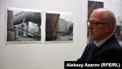 Один из членов делегации Лугано около стены с фотографиями «Казцинка». Алматы, 17 мая 2016 года.
