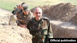 Президент Нагорного Карабаха Бако Саакян посещает позиции на линии соприкосновения (архив)