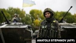 Separatçı Donetsk bölgəsində Ukrayna qadın hərbi qulluqçusu
