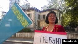 Правозащитник из Казахстана Бахытжан Торегожина проводит акцию протеста в Женеве против нарушений прав человека в Казахстане. 22 июня 2016 года.