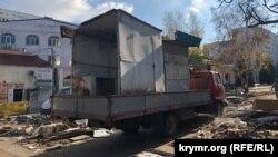 Со Сталинградского рынка вывозят торговые павильоны