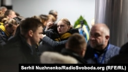Angajații Ukraine International Airlines se îmbrățișează în timpul ceremoniei dedicate victimelor zborului care a fost doborât la scurt timp după decolare în Teheran, Iran. (Serhii Nuzhnenko, RFE/RL)