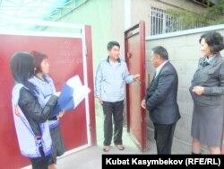 Ыкчам топ шайлоочулардын тизмесин тактоодо, Бишкектин Бакай-Ата конушу, 15-октябрь.