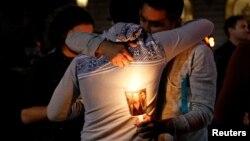 Родственники погибших во время перестрелки в Орландо.