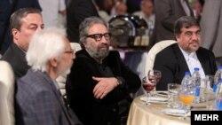 علی جنتی در کنار مسعود کیمیایی. کانون کارگردانان سینمای ایران وزیر را بابت بیاعتبار کردن پروانه نمایش ملامت کردهاند