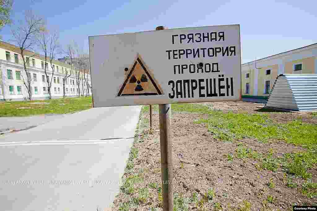 Здесь условно начинается «грязная» территория. Разделение это действительно условно, но соблюдается очень строго, именно это позволяет не растаскивать радиоактивную грязь по всей окрестности.