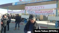 Рабочий компании «Бургылау» Бекарыс Толесинов озвучивает требования бастующих. Жанаозен, 2 октября 2016 года.