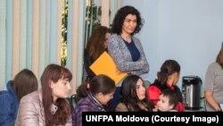 Tinere cu nevoi speciale alături de Rita Columbia (centru), reprezentanta UNFPA Moldova