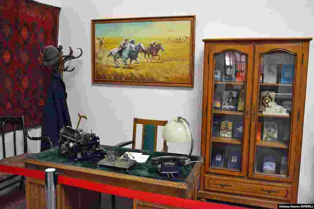 Стандартный рабочий кабинет писателя.