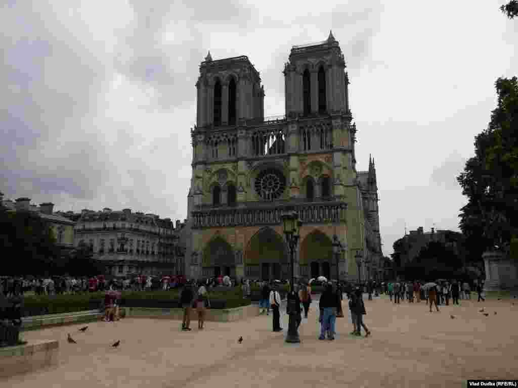 Париж є туристичною Меккою, тому, можливо, через це якоїсь особливої атмосфери чемпіонату поза межами футбольних локацій не відчувається. Нотр-Дам де Парі