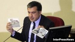 Журналисту газеты «7 Дге» Ие Мгалоблишвили вчерашние события в парламенте живо напомнили атмосферу съездов КПСС
