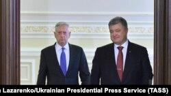 Министр обороны США Джеймс Мэттис и президент Украины Петр Порошенко (cправа) перед пресс-конференцией по итогам встречи. Киев, 24 августа 2017 года.
