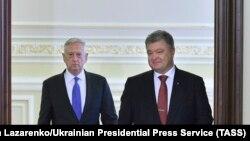 Глава Пентагона Джеймс Маттис и Петр Порошенко на встрече в Киеве, 24 августа 2017