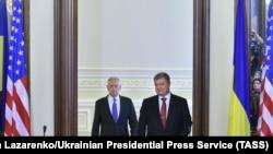 جیمز متیس، وزیر دفاع آمریکا (چپ) روز پنجشنبه در کنار پترو پوروشنکو، رئیس جمهوری اوکراین
