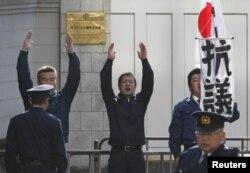 Демонстрация японских ультраправых националистов перед посольством РФ в Токио. Август 2013 года