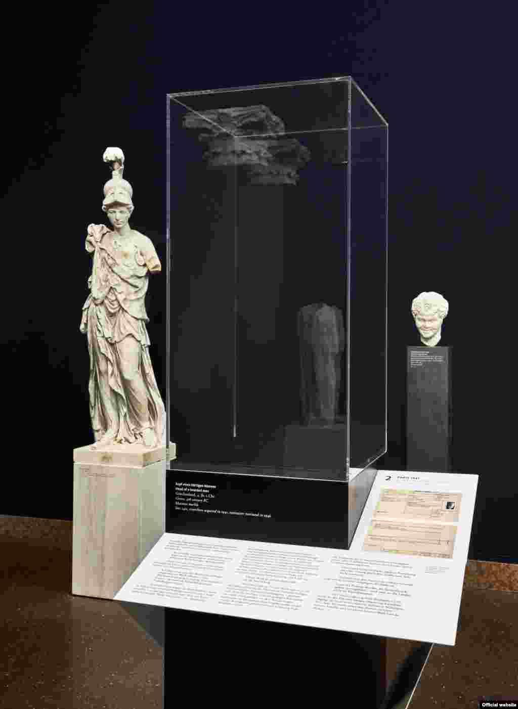 Cadrul unei sculpturi antice din colecția Lieblieghaus restituite proprietarilor ei după război.