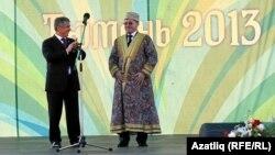 Рөстәм Миңнеханов (с) Төмәндә үткән федераль Сабантуйда өлкә губернаторы Владимир Якушев белән