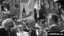 Натовп людей вітає Акт проголошення державної незалежності України біля Верховної Ради. Київ, 24 серпня 1991 року