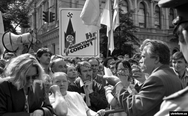 Народний депутат Левко Лук'яненко біля Верховної Ради спілкується з людьми. Київ, 24 серпня 1991 року