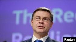 Никоя държава няма да бъде задължавана да взема пари за икономическо възстановяване, но тези, които желят помощ от ЕС, трябва първо да получат одобрение за подготвяните реформи, заяви вицепрезидентът на Еврокомисията Валдис Домбровскис