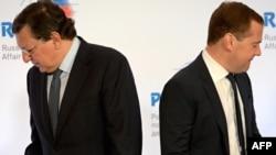 Голова Єврокомісії Жозе Мануель Баррозу (ліворуч) і прем'єр-міністр Росії Дмитро Медведєв
