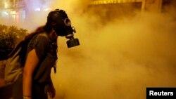 Демонстрантка у протигазі під час сутичок біля площі Таксім у Стамбулі, 22 червня 2013 року
