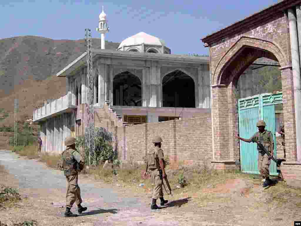 نیروهای دولتی پاکستان در نواحی شمال غرب پاکستان همواره در پی ایجاد آرامش بودند ولی تلاش آنها با موفقیت چندانی همراه نشد - نیروهای دولتی پاکستان در نواحی شمال غرب پاکستان همواره در پی ایجاد آرامش بودند ولی تلاش آنها با موفقیت چندانی همراه نشد