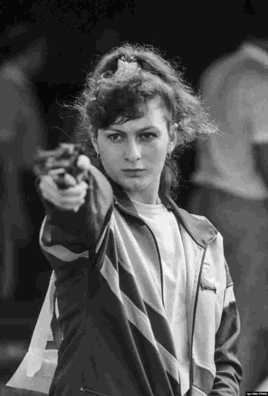 Нино дебютировала на чемпионатах мира в 1986 году в возрасте 17 лет и за пять лет смогла завоевать шесть золотых, серебряную и бронзовую медали (две награды были личными, остальные – в составе команды СССР).