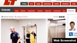 В целях защиты подсудимой, шведские полицейские привели в суд Нодиру Аминову, предварительно накрыв на неё покрывало.