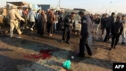 Iraq -- Police inspect the site where a booby-Бағдадтың Садр ауданында болған бомба жарылысынан кейінгі көрініс. Ирак, Бағдад, 5 қаңтар 2012 жыл.