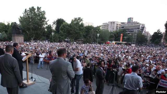 Armenia - Opposition leader Levon Ter-Petrosian speaks at a rally in Yerevan, 30Jun2011.