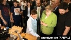 Канцлер Германии Ангела Меркель во время посещения центра «Тумо». Фотография со страницы «Тумо» в Facebook