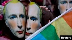 Лондондағы Ресей елшілігі алдында өткен ЛГБТ наразылық акциясында белсенділер киіп тұрған Путиннің маскасы. Ұлыбритания, 14 ақпан 2014 жыл.