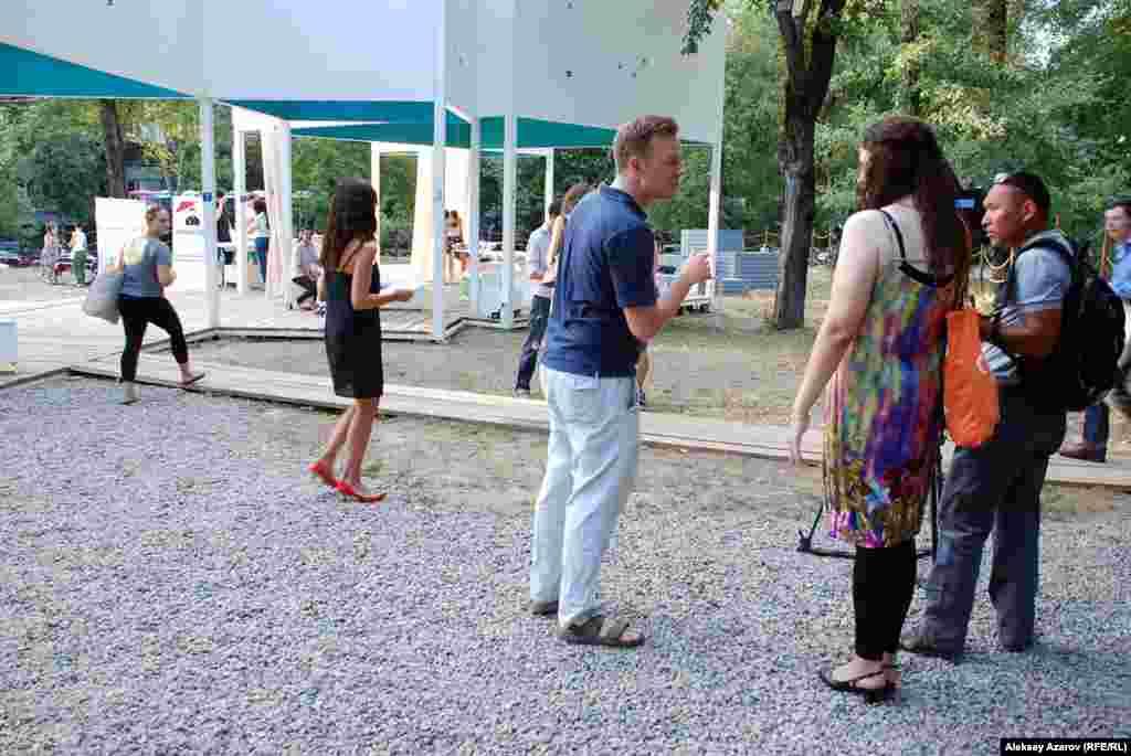 Идея проведения фестиваля пришла в голову атташе генерального консульстваСША по вопросам культуры и СМИ Чарльзу Мартину. На фото он – в центре.