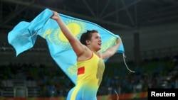 Екатерина Ларионова бежит с флагом Казахстана после объявления ее победительницей в схватке за бронзу. Рио-де-Жанейро, 18 августа 2016 года.