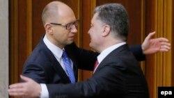 Ուկրաինայի նախագահ Պետրո Պորոշենկոն և վարչապետ Արսենի Յացենյուկը Գերագույն ռադայի կողմից ԵՄ ասոցացման համաձայնագրի վավերացումից հետո, Կիև, 16-ը սեպտեմբերի, 2014թ․