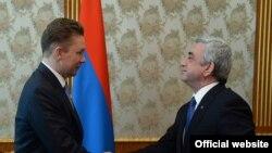 Президент Армении Серж Саргсян (справа) принимает председателя правления ОАО «Газпром» Алексея Миллера, Ереван, 16 апреля 2015 г.