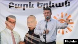 Արմեն Մարտիրոսյանը «Բարեւ Երեւան»-ի նախընտրական հանդիպումներից մեկի ժամանակ, ապրիլ, 2013թ.