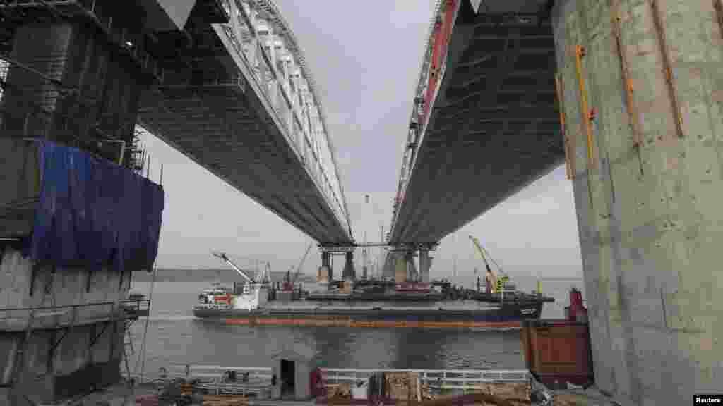 Президент Украины Петр Порошенко 29 сентября поручил подать иск против России из-за строительства моста через Керченский пролив