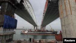 Триває будівництво Кримського моста через Керченську протоку, грудень 2017 року