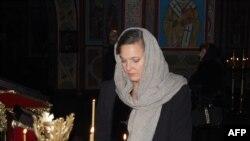 Виктория Нуланд зажигает свечу в соборе Святого Михаила в Киеве 6 февраля 2014 года